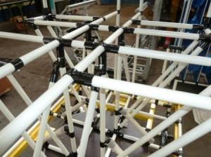 Support tubulaire assemblé avec des tiges et tubes métalliques